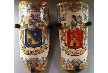 Teja con soporte decorada en renacimiento azul y amarillo con escudo heráldico