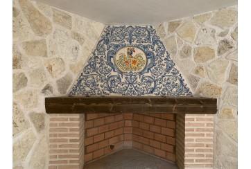 Chimenea decorada en renacimiento azul y heráldica.